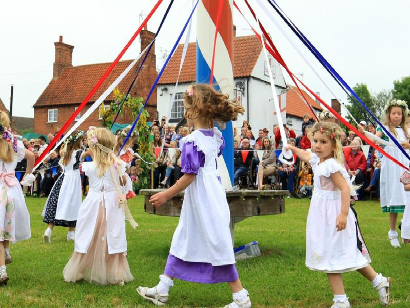 Wellow maypole dancing.