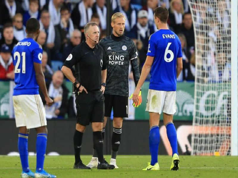 Jon Moss speaks to the Leicester City players while awaiting a decision from VAR