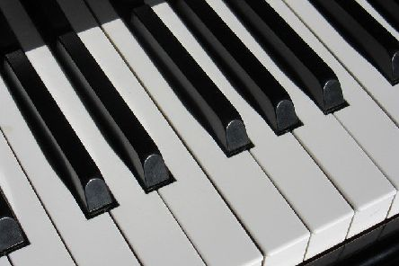 Piano keyboard. Stock photo by Pixabay.