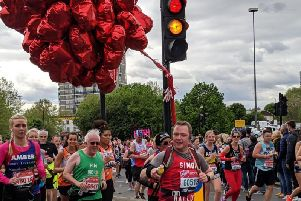 Simon runs the London Marathon with his balloons