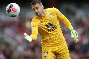 LONDON, ENGLAND - SEPTEMBER 22: Tom Heaton of Aston Villa throws the ball during the Premier League match between Arsenal FC and Aston Villa at Emirates Stadium on September 22, 2019 in London, United Kingdom. (Photo by Steve Bardens/Getty Images)