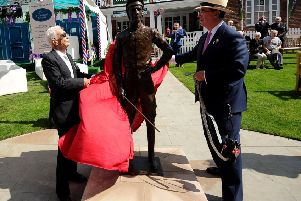 Lester Piggott admires the life-size bronze that the legendary unveiled at York with racecourse chairman Lord Grimthorpe.